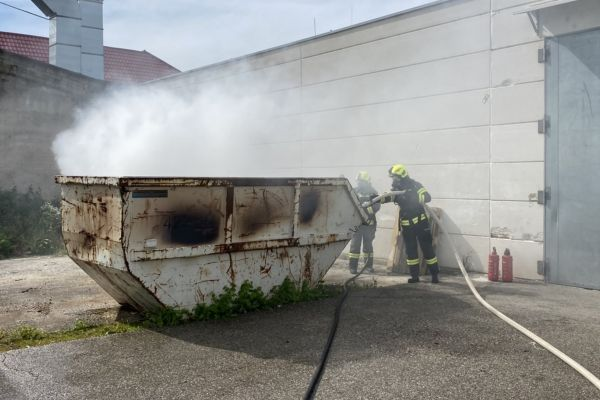Brand eines Abfallcontainers am Heuberg